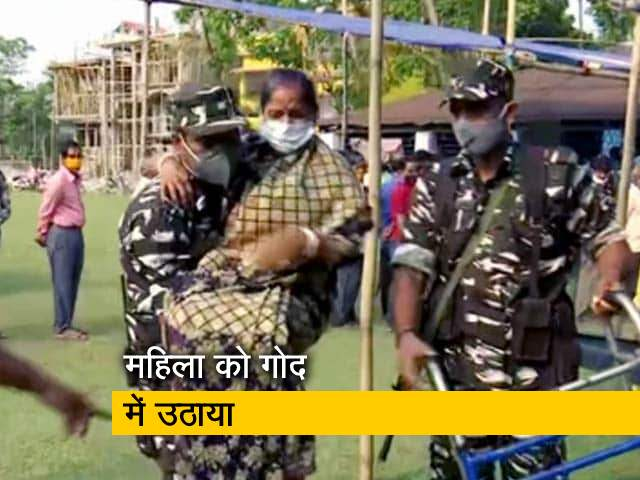 Video : बंगाल चुनाव: सुरक्षाकर्मियों ने एक महिला की मतदान केंद्र तक पहुंचने में की मदद