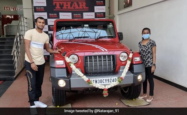 नटराजन ने आनंद महिंद्रा को एक रिटर्न गिफ्ट दिया है जो उनके दस्तख़त वाली जर्सी है