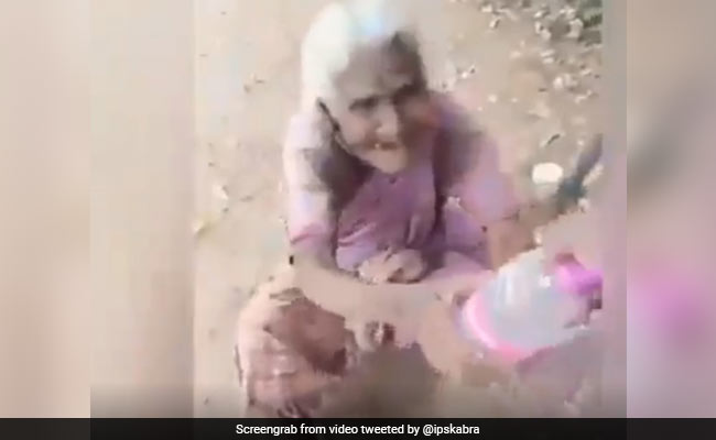 Man Gives Food And Water To Hungry Elderly Woman Sitting On Road IPS Gives Emotional Reaction See Viral Video – सड़क पर बैठी बुज़ुर्ग महिला को दिया खाना, तो रोते हुए देने लगीं पैसे, IPS बोला – आंखें नम हो गईं