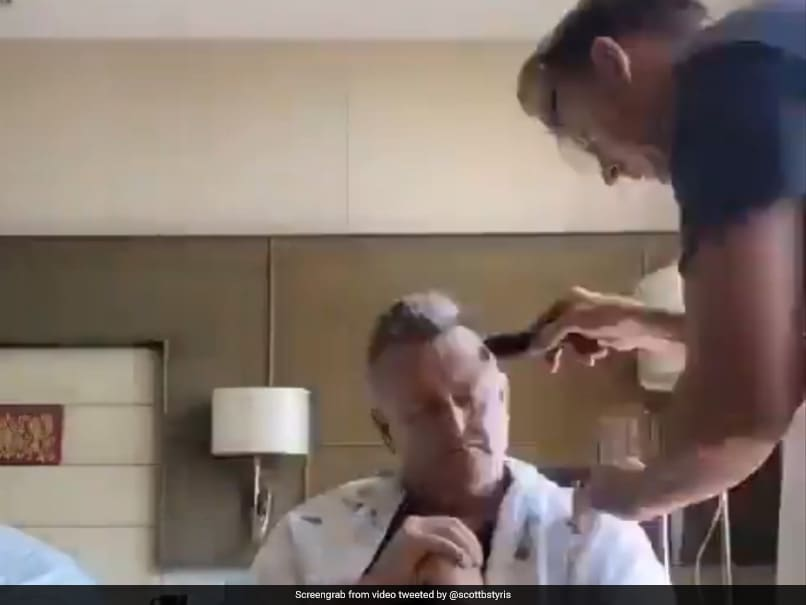 IPL 2021: Brett Lee Becomes Hairdresser, Asks Scott Styris To Leave The Money On The Fridge. Watch