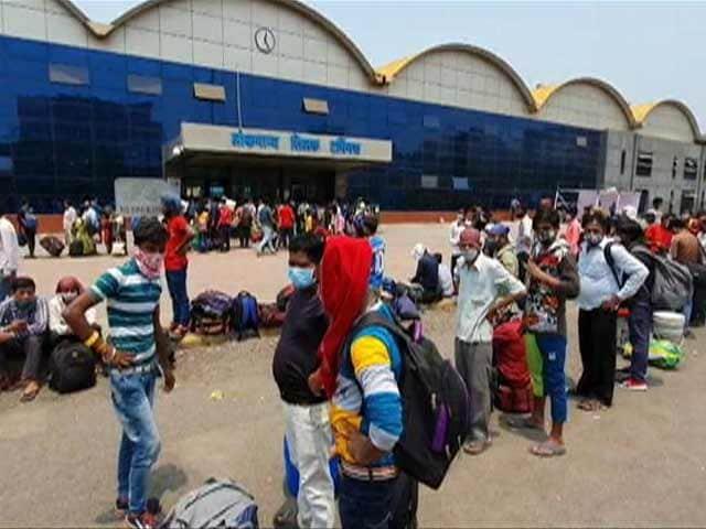दिल्ली में लॉकडाउन का ऐलान, घर लौटने के लिए बस-रेलवे स्टेशन पर प्रवासियों की उमड़ी भीड़