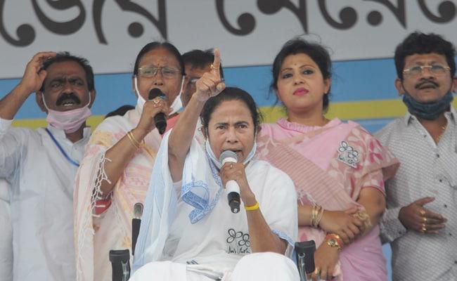 ममता बनर्जी ने EC से कहा, बढ़ते कोरोना को देखते हुए बचे चार चरणों के चुनाव एक साथ करा लिए जाएं