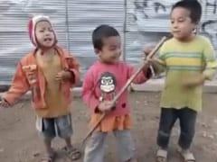 Video: बच्चों ने डंडे को बनाया गिटार और गाया गाना, वीडियो शेयर कर अनुपम खेर ने बताया ग्रैमी का विजेता