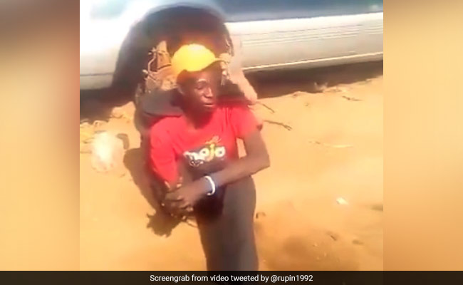 Man Doing Unbelievable Stunts Video Goes Viral On Social Media IPS Called Him Baba Ramdev of Africa – शख्स ने पूरा हाथ मोड़कर किए ऐसे खतरनाक Stunts, देख IPS बोला- अफ्रीका के बाबा रामदेव