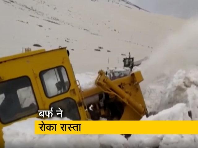 Videos : J&K : पीर पंजाल रेंज में हुई बर्फबारी ने रास्ता रोका, मशीनों से हटाई जा रही है बर्फ