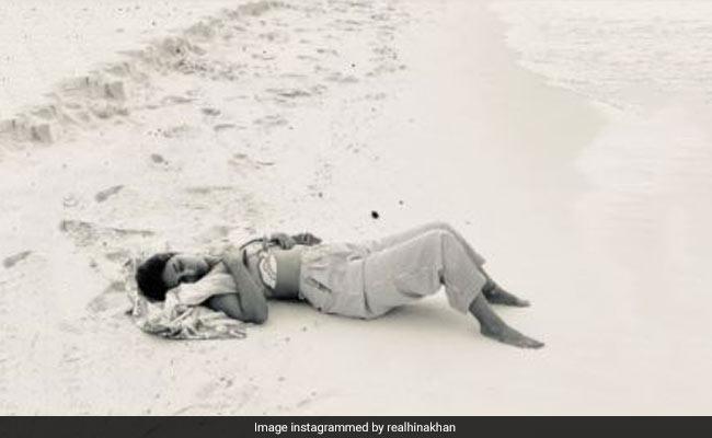 हिना खान समुद्र किनारे ले रहीं थीं चैन की नींद, बॉयफ्रेंड रॉकी ने खींच ली फोटो