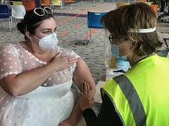 वेडिंग गाउन में वैक्सीन लगवाने पहुंची महिला, सोशल मीडिया पर तस्वीरें हुई वायरल