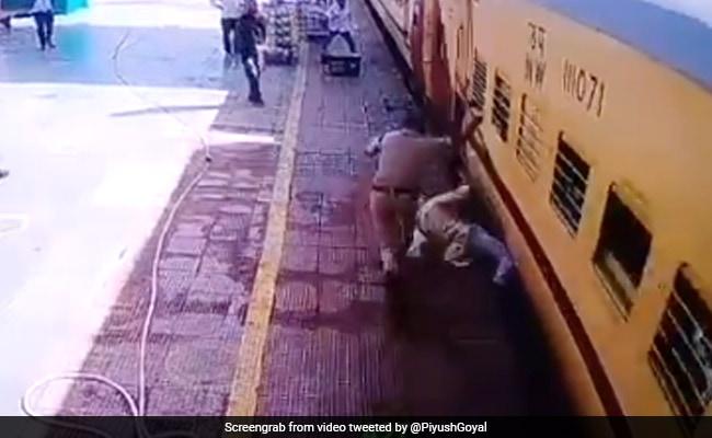 चलती ट्रेन के नीचे आ गया बुजुर्ग, तो पुलिसवाले ने ऐसे बचाई जान, पीयूष गोयल बोले- 'सुरक्षाकर्मियों पर हमें गर्व है' - देखें Video
