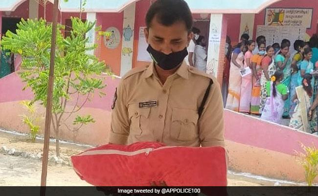 मां गई थी वोट डालने, तो बच्चे को गोद में लेकर संभाल रहा था पुलिसकर्मी, दिल छू लेने वाली तस्वीर हुई Viral