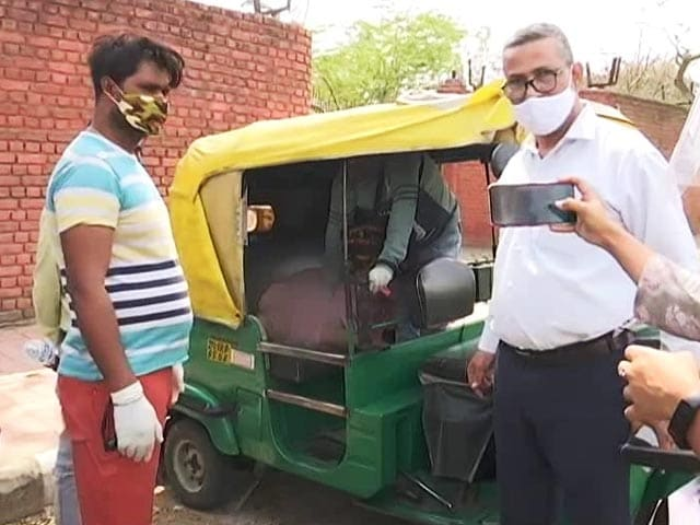 Video : Woman Dies In Auto Outside Delhi Covid Facility, Son Kept Asking For Help