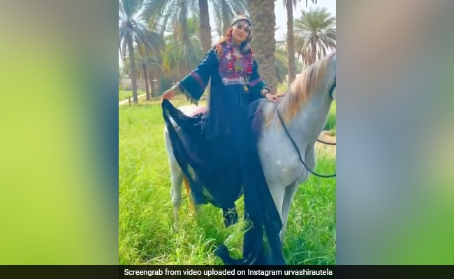 Urvashi Rautela ने री-क्रिएट किया 'खुदा गवाह' सॉन्ग, इराकी लुक में यूं कराया Photoshoot- देखें Video