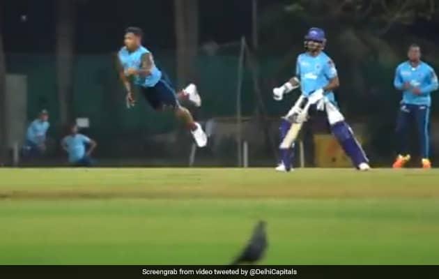IPL 2021: उमेश यादव ने गजब अंदाज में उड़कर एक हाथ से लिया कैच, वायरल हुआ Video