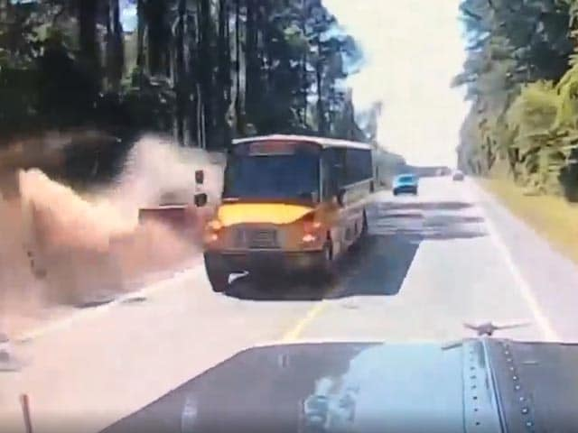Video : Dangerous Overtaking Maneuver Sends Truck Crashing Into Ditch