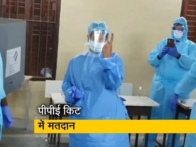 Videos : तमिलनाडु चुनाव: डीएमके नेता कनिमोई ने PPE किट पहनकर डाला वोट