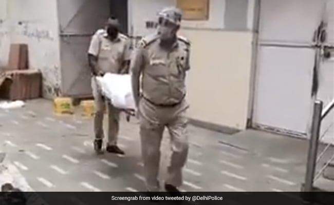 श्मशान में ड्यूटी कर रहे दिल्ली पुलिस के ASI ने टाली बेटी की शादी, अब तक 1100 शवों का कर चुके हैं अंतिम संस्कार