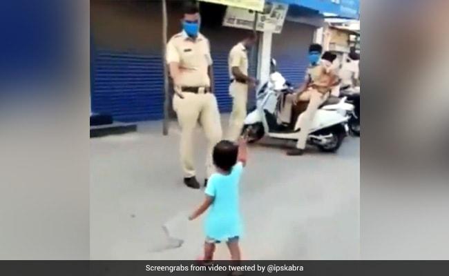 Innocent Girl Gives Stick To Police Cop Whose Duty During Corona Curfew See Viral Video – Corona कर्फ्यू में ड्यूटी कर रहे पुलिसकर्मी को बच्ची ने हाथ में दिया डंडा, IPS ने दिया मजेदार रिएक्शन