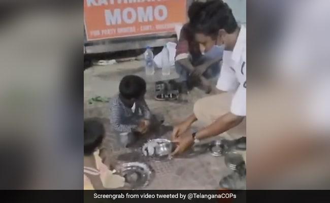 सड़क किनारे बैठे बेघर बच्चों को लगी थी भूख, तो पुलिसवाले ने दे दिया अपना खाना, लोग बोले- 'जिंदा है इंसानियत…' - देखें Video