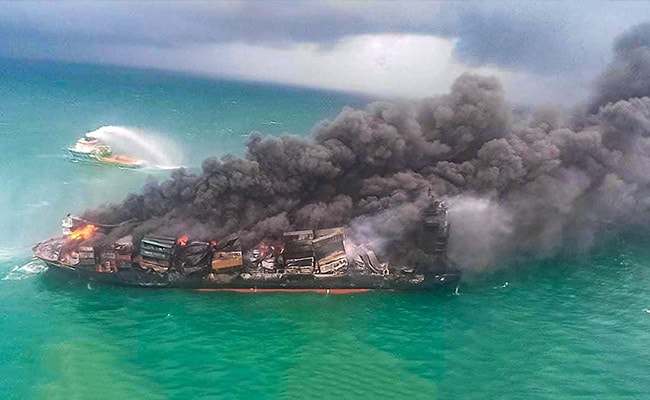 मालवाहक जहाज में लगी आग के बाद भीषण समुद्री पारिस्थितिक आपदा का सामना कर रहा श्रीलंका, चेतावनी जारी