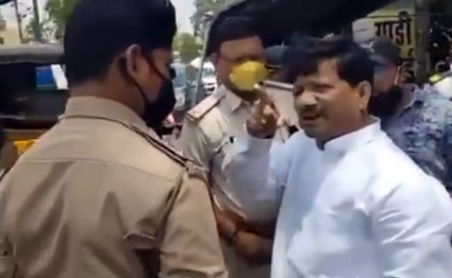 बिना मास्क के कर्फ्यू में घूम रहे थे कथित BJP नेता, पुलिस ने रोका तो यूं दिखाया सत्ता का रौब . इसे वीडियो में आप भी देख सकते हैं.
