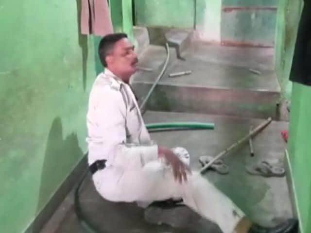 Video : Video: Cop Thrashed In Madhya Pradesh. Locals Allege He Had Hit A Man