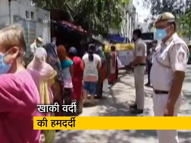 Video : दिल्ली पुलिस जीबी रोड के सेक्स वर्कर्स के लिए भेज रही है राशन