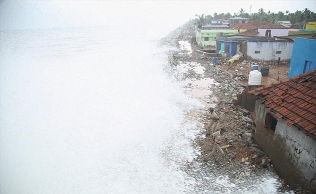 Cyclone Tauktae LIVE Updates: तूफान ताउते के 11 घंटे बाद मुंबई में शुरू हुईं उड़ानें, चक्रवात में फंसे दो नावों में 410 लोगों को बचाया गया