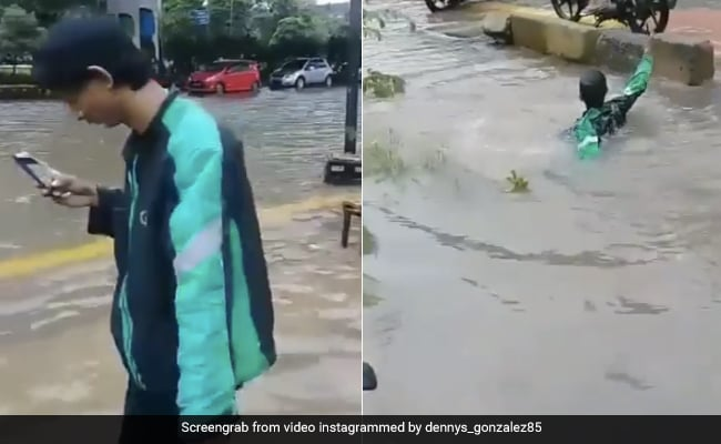 Man-was-walking While-watching-mobile- On Water Filled Road Suddenly-drowned-in-a-deep-drain See Viral Video – सड़क पर भरे पानी के बीच मोबाइल देखते हुए जा रहा था शख्स, अचानक गहरे नाले में गिरा और फिर…