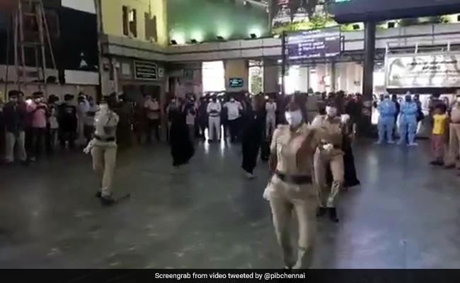 chennai-railway-police-dance-on-enjoy-enjaami- at- station to-raise-awareness-about-covid-19-watch viral-video – चेन्नई पुलिस ने कोरोना के प्रति जागरुकता फैलाने का निकाला नया तरीका, मस्ती भरे अंदाज़ में स्टेशन पर किया डांस