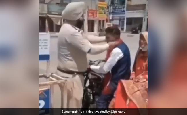 Viral Video Of Punjab Police Blessing Newly Married Couple IPS Dipanshu Kabra Gives Beautiful Reaction – शादी करके बाइक से घर लौट रहे थे दूल्हा-दुल्हन, पुलिस ने रोककर पहनाई माला और दिया शगुन