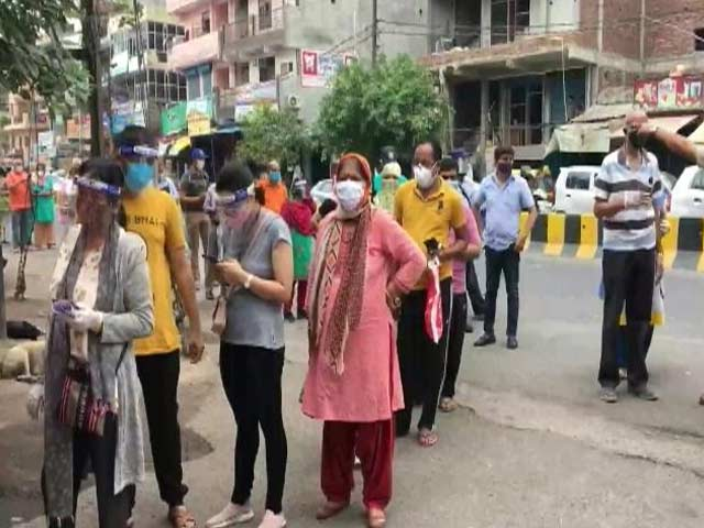 Video : Noida Sees Chaos At Vaccine Centres, Social Distancing Norms Flouted
