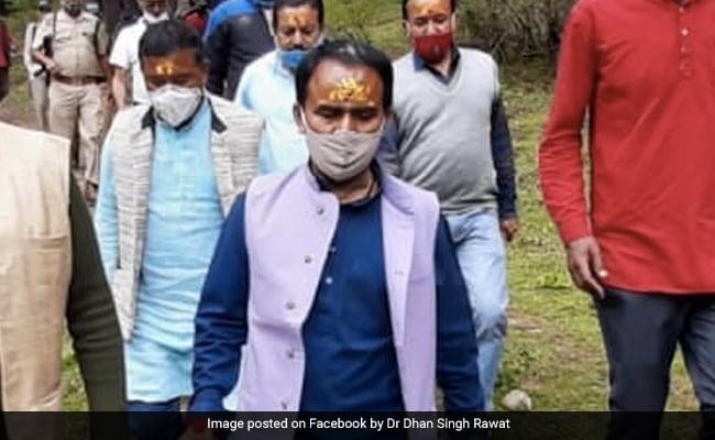 लॉकडाउन के बीच उत्तराखंड के मंत्री समेत BJP नेताओं के बद्रीनाथ पहुंचने पर 'बवाल', पुजारियों ने जताया ऐतराज