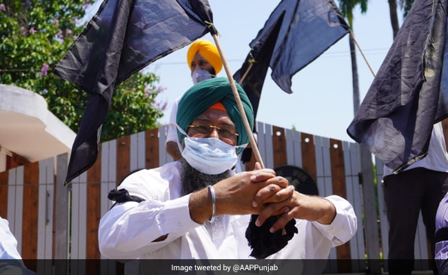 Punjab, Haryana Farmers Hoist Black Flags To Mark 6 Months Of Farm Laws' Protest