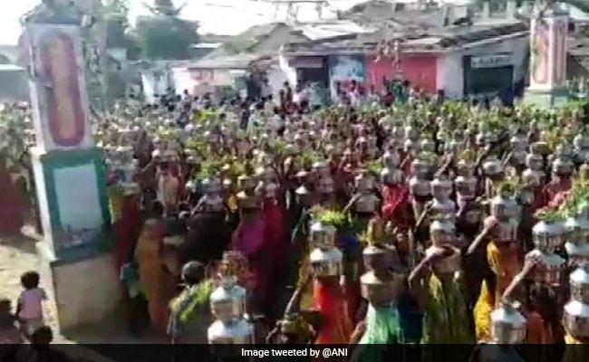 गुजरात : कोरोना नियमों की उड़ी धज्जियां, प्रार्थना के लिए सिर पर घड़े लेकर निकलीं सैकड़ों महिलाएं, देखें VIDEO