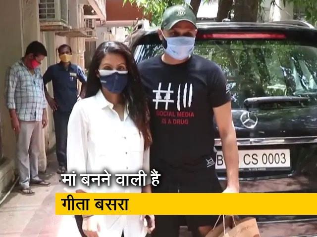 Videos : मुंबई में पत्नी गीता बसरा के साथ नजर आए हरभजन सिंह
