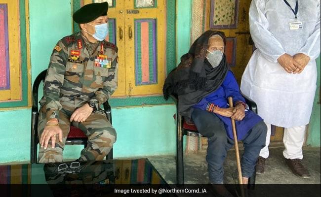 120 साल की बुजुर्ग कश्मीरी महिला ने ली कोविड वैक्सीन, सेना कमांडर ने किया सम्मानित