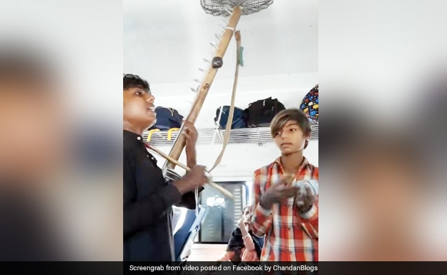 Kids Sings Mere Rashke Qamar Song In Train Got Millions Views See Viral Video