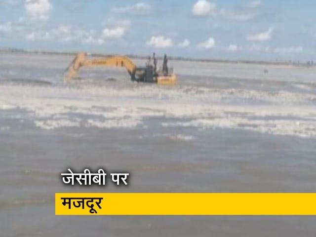 Videos : UP: नदी में पानी छोड़े जाने से फंसे 5 मजदूर, JCB पर चढ़कर बचाई जान