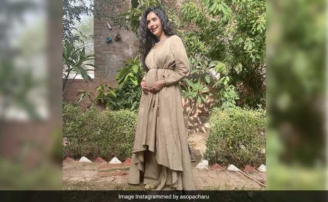 Here's How Renee Sen Congratulated Aunt Charu Asopa On Her Pregnancy