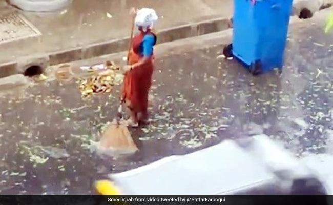 मुंबई में भारी बारिश में सड़क पर झाड़ू लगा रही थी महिला, आनंद महिंद्रा ने लिखी दिल छू लेने वाली बात – देखें Video