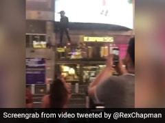 New York में हवा में उड़ता दिखा शख्स, देखकर लोग रह गए दंग, कैमरे में करने लगे कैद, देखें VIDEO