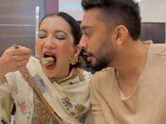 Gauahar Khan मजे से खा रही थीं गोल गप्पे, पति Zaid Darbar लार टपकाते रह गए- देखें Video