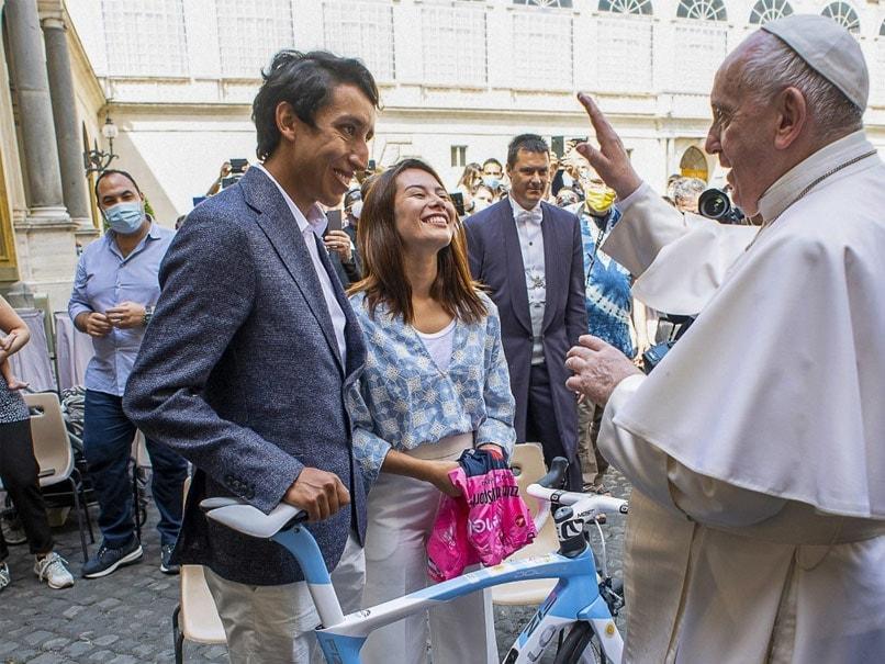 Photo of Giro d'Italia Winner Egan Bernal Presents Pope Francis With Bicycle