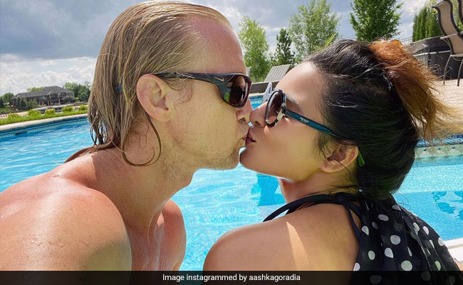 Aashka Goradia And Her Husband Set The Instagram On Fire With A Kiss. See Pic