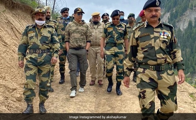 Akshay Kumar Spends A Day With 'Bravehearts Guarding The Borders'