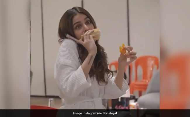 'Don't Judge' Alaya Furniturewalla For Ditching Her Diet And Eating Jalebis. She Tried, OK?