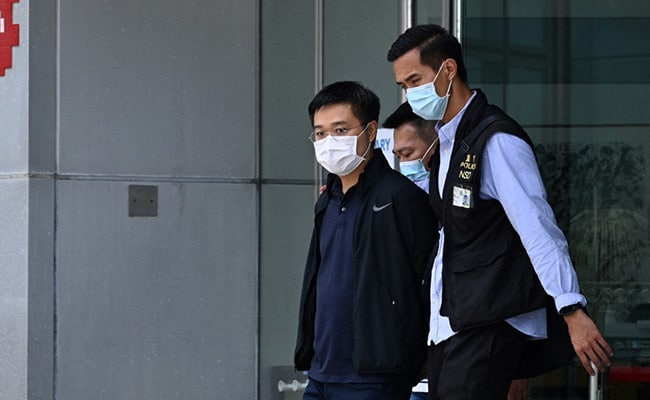 Hong Kong Police Raid Pro-Democracy Newspaper Apple Daily, Arrest 5