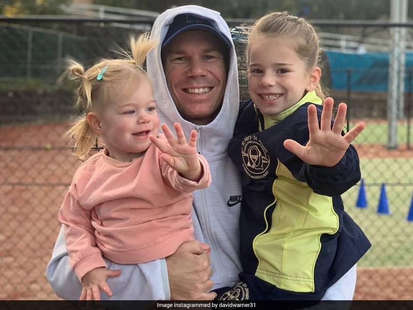 डेविड वार्नर ने घर लौटने के बाद अपनी बेटियों आइवी और इस्ला के साथ तस्वीर पोस्ट की