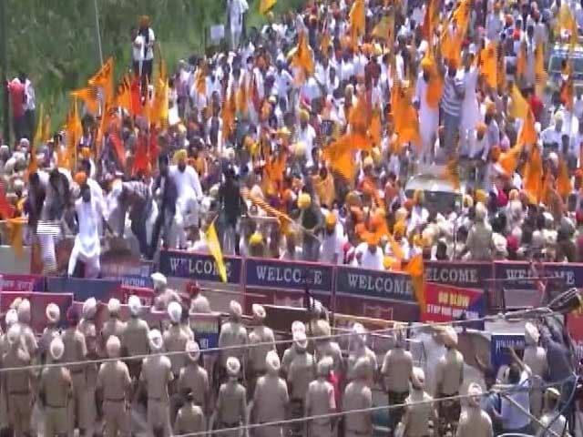 Video : Sukhbir Badal Detained Amid Huge Protest Outside Amarinder Singh's House