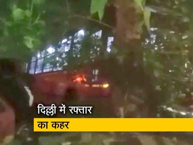 Video : दिल्लीः DTC बस ने एक को रौंदा 3 पुलिसकर्मी सहित 4 लोग घायल