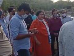 'तुम्हें यहां बसने को किसने कहा था?' नदी का पानी लाल होने पर मंत्री ने आदिवासियों को हड़काया